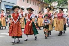 Фестиваль с парадом женщины в костюмах traditonal Стоковое Изображение