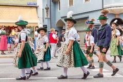 Фестиваль с парадом женщины в костюмах traditonal Стоковая Фотография RF