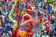 Фестиваль танца дракона на улице Стоковое Изображение