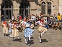 Фестиваль танцев каталонского подростка традиционный Стоковая Фотография