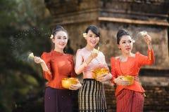 Фестиваль Songkran, тайские девушки и девушки Лаоса брызгая воду во время фестиваля Songkran Стоковое фото RF
