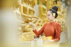 Фестиваль Songkran, тайские девушки и девушки Лаоса брызгая воду во время фестиваля Songkran Стоковое Фото