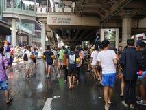 Фестиваль воды Songkran на дороге Silom Стоковые Фотографии RF