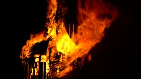 Фестиваль Джина Святого в французской деревне Пламенеющая скульптура лошади сток-видео