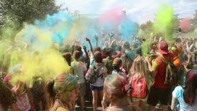 Фестиваль цветов, людей бросает краски