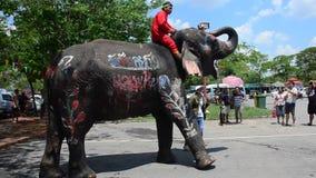 Фестиваль Songkran с людьми и слонами на Ayutthaya, Таиланде