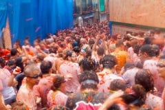 Фестиваль Tomatina Ла - сумасшествие томатов стоковое изображение rf