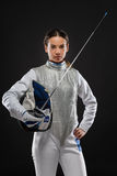 Фехтовальщик молодой женщины в белом ограждая костюме Стоковые Изображения