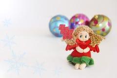 Фея куклы Нового Года маленькая в платье праздничного рождества красном стоковое изображение rf