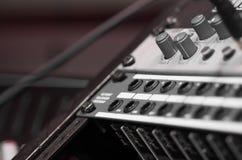 Федингмашины и ручки крупного плана смешивая как увиденный сверху бортовой угол, художническая концепция оборудования студии стоковое изображение rf