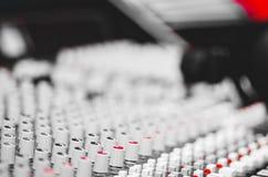 Федингмашины и ручки крупного плана смешивая как увиденный сверху бортовой угол, художническая концепция оборудования студии стоковые изображения