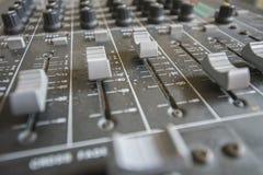 Федингмашины и триммеры потенциометров в таблице смесителя Стоковые Фотографии RF