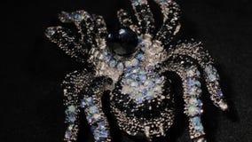 Фибула в форме паука на черной вращая стойке Наградные украшения Макрос акции видеоматериалы