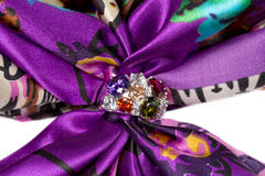 Фибула с камнями на silk фиолетовом шарфе Стоковое фото RF