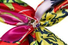 Фибула с камнями на silk шарфе Стоковые Изображения RF