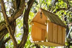 Фидеры птицы Укрытие для животных летая Стоковые Изображения RF