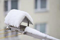Фидер птицы в зиме с снегом Дом на балконе Стоковые Изображения RF