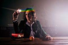 Физика наука природы, концепция изучать естественные законы Молодой человек в изображении Исаака Ньютона стоковое фото