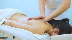 Физиотерапевт делает восстанавливая массаж к девушке сток-видео
