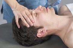 Физиотерапевт делает masseter массажа стоковое изображение rf