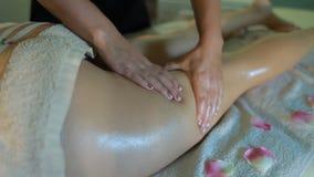 Физиотерапевт делая массаж ноги акции видеоматериалы