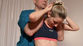 Физиотерапевт съемки средства мужской делая массаж здоровья к пациенту маленькой девочки Osteopathy и не традиционное руководство акции видеоматериалы