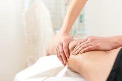 физиотерапия пациента массажа стоковые изображения rf
