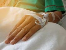 Физиологический раствор на терпеливой руке Стоковые Изображения