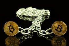 Физическая версия денег и цепи Bitcoin виртуальных Схематическое изображение для технологии Blockchain и трудной вилки Стоковые Фото