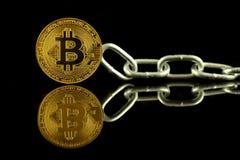 Физическая версия денег и цепи Bitcoin виртуальных Схематическое изображение для технологии Blockchain и трудной вилки Стоковое фото RF