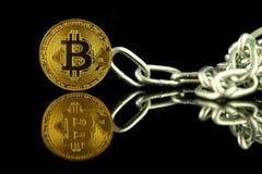 Физическая версия денег и цепи Bitcoin виртуальных Схематическое изображение для технологии Blockchain и трудной вилки стоковое изображение