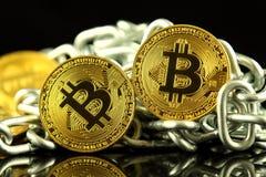 Физическая версия денег и цепи Bitcoin новых виртуальных Схематическое изображение для инвесторов в cryptocurrency и Blockchain T Стоковые Изображения RF