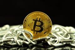 Физическая версия денег и цепи Bitcoin новых виртуальных Схематическое изображение для инвесторов в cryptocurrency и Blockchain T Стоковые Фото