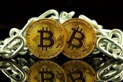 Физическая версия денег и цепи Bitcoin новых виртуальных Схематическое изображение для инвесторов в cryptocurrency и Blockchain T Стоковое фото RF