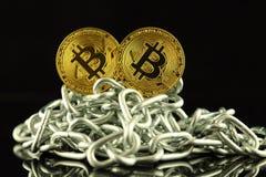 Физическая версия денег и цепи Bitcoin новых виртуальных Схематическое изображение для инвесторов в cryptocurrency и Blockchain T Стоковое Изображение
