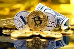 Физическая версия денег Bitcoin и Litecoin новых виртуальных и банкнот одного доллара Стоковые Фотографии RF