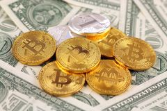 Физическая версия денег Bitcoin и Litecoin новых виртуальных и банкнот одного доллара Стоковая Фотография