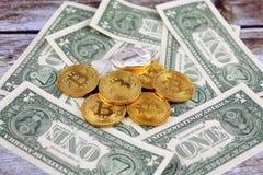Физическая версия денег Bitcoin и Litecoin новых виртуальных и банкнот одного доллара Стоковые Изображения RF