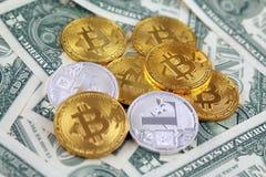 Физическая версия денег Bitcoin и Litecoin новых виртуальных и банкнот одного доллара Стоковое Изображение
