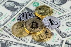 Физическая версия денег Bitcoin и Litecoin новых виртуальных на банкнотах одного доллара Стоковые Фотографии RF