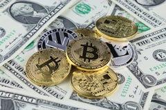 Физическая версия денег Bitcoin и Litecoin новых виртуальных на банкнотах одного доллара Наличные деньги bitcoin обменом для долл Стоковые Изображения RF