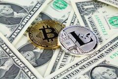 Физическая версия денег Bitcoin и Litecoin новых виртуальных на банкнотах одного доллара Наличные деньги bitcoin обменом для долл Стоковая Фотография