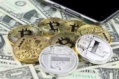 Физическая версия денег Bitcoin и Litecoin новых виртуальных на банкнотах одного доллара Наличные деньги bitcoin обменом для долл Стоковые Фото