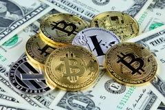 Физическая версия денег Bitcoin и Litecoin новых виртуальных на банкнотах одного доллара Стоковое Фото