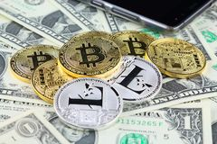 Физическая версия денег Bitcoin и Litecoin новых виртуальных на банкнотах одного доллара Стоковые Фото