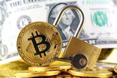 Физическая версия денег Bitcoin новых виртуальных, золотого padlock и банкнот одного доллара Стоковое фото RF