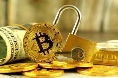 Физическая версия денег Bitcoin новых виртуальных, золотого padlock и банкнот одного доллара Стоковая Фотография RF