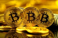 Физическая версия денег Bitcoin новых виртуальных и банкнот одного доллара Стоковые Изображения