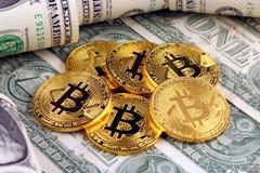 Физическая версия денег Bitcoin новых виртуальных и банкнот одного доллара Стоковая Фотография