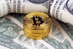Физическая версия денег Bitcoin новых виртуальных и банкнот одного доллара Стоковое Фото